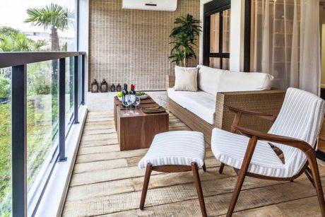 varanda de madeira poltrona estilosa