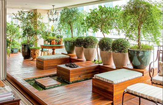 varanda de madeira com arbustos