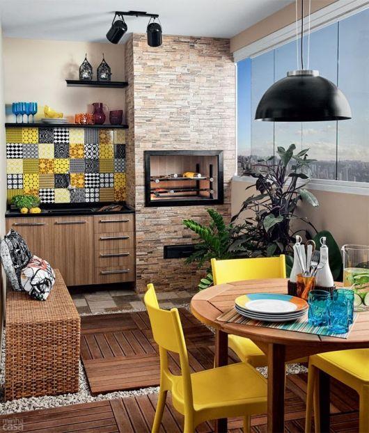 varanda de madeira de apartamento com churrasqueira