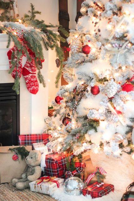 Árvore branca e meias na lareira.