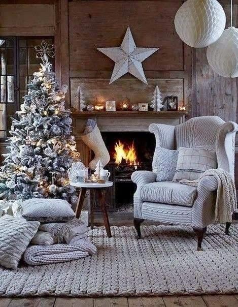 Sala de lareira com árvore de Natal.