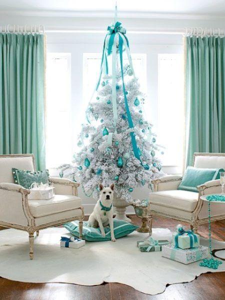 Árvore com bolas azul turqueza.