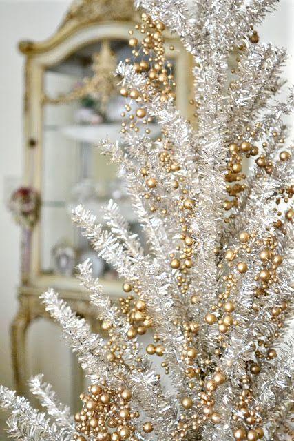 Árvore branca com enfeites dourados