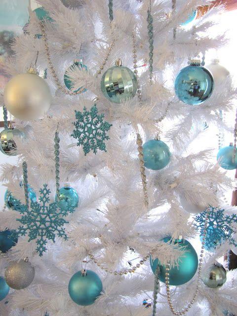 Árvore branca com enfeites azuis.