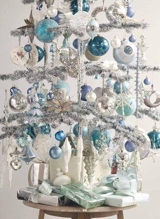 Árvore branca com enfeites azuis e prata.