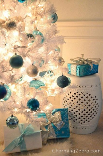Árvore com luzes e bolas.