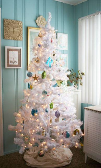 Árvore em cômodo com parede azul.