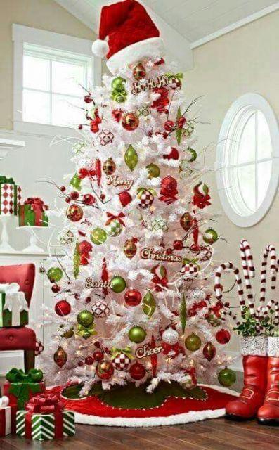 Árvore com bolas verdes e vermelhas.