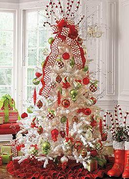 Árvore com enfeites vermelhos e verdes e laço.