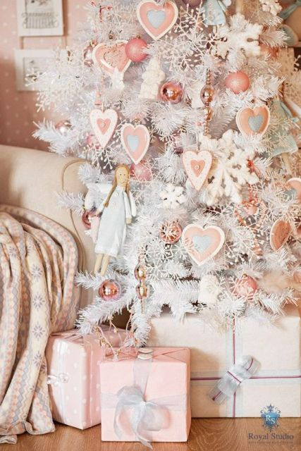 Árvore e presentes em rosa pastel.