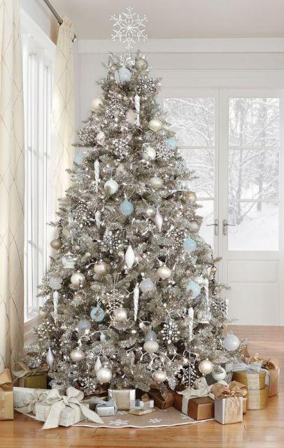 Árvore com enfeites prata.