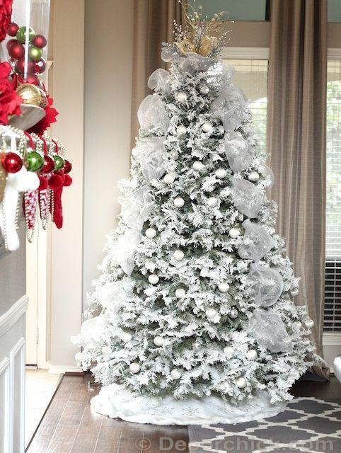 Árvore com verde e branco.