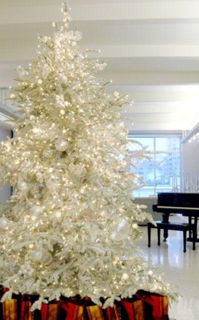 Árvore branca com luzes de LED.