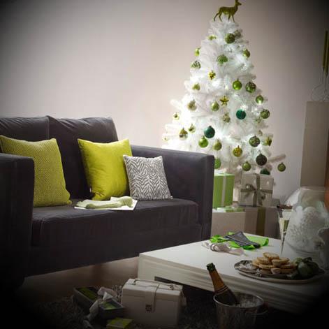 Árvore branca com bolas verdes.