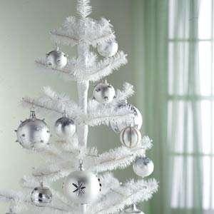 Árvore branca com bolas pratas.