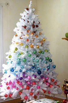 Árvore de Natal branca com bolas formando um degradê colorido.