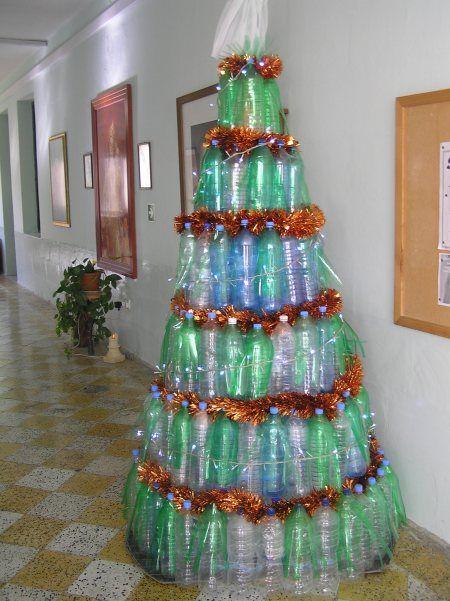 árvores de Natal diferentes feitas com garrafas PETs de pé