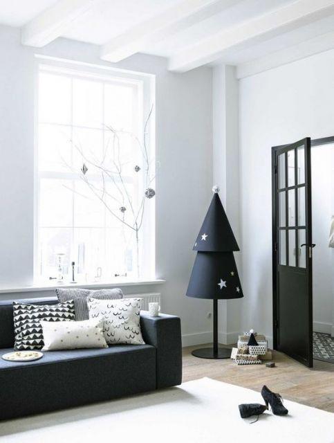 árvore de natal preta em sala de estar