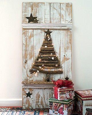 árvore de Natal feita em superfície de madeira desgastada