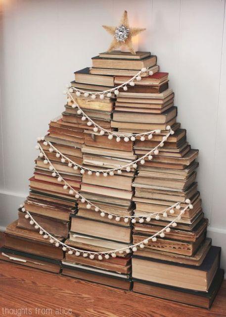 pilha de livros decorada com luzinhas de Natal