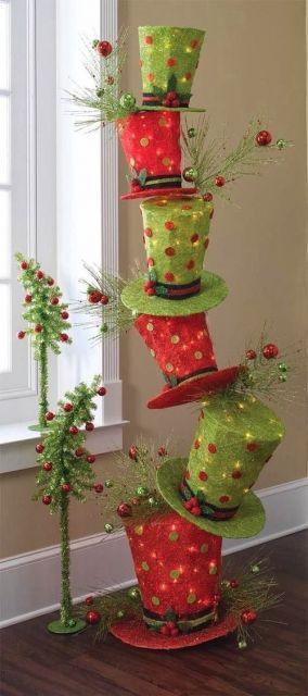 pilha feita de cartolas verde e vermelha decoradas