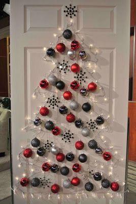 árvore de Natal feita com luzinhas e bolas presas na porta