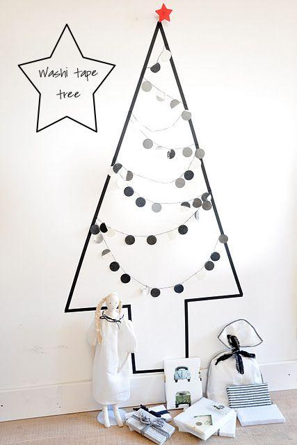 árvore de Natal feita com fita adesiva colada na parede