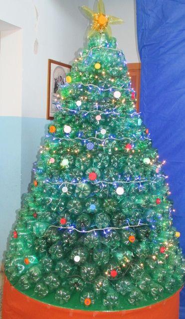 árvore de Natal feita com garrafas PETs deitadas