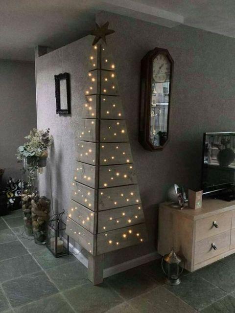 árvore de Natal na quina entre duas paredes