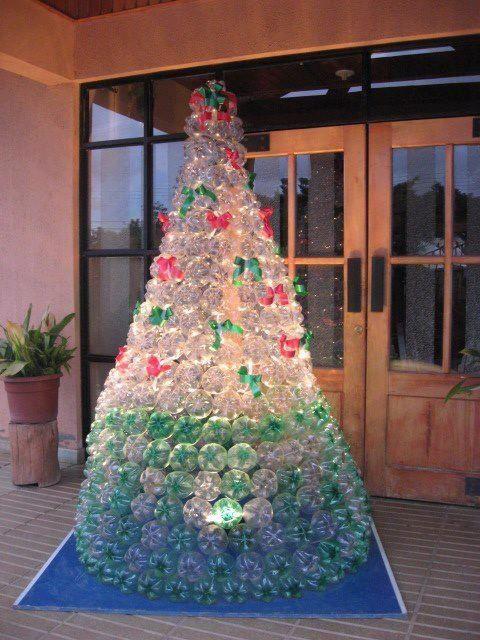 árvore de Natal de garrafas PETs com luz no centro