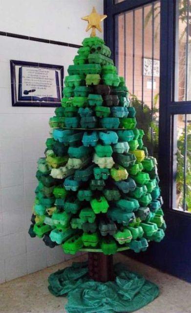árvore de Natal feita com caixas de ovo verde