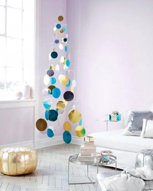 árvore de Natal feita com círculos de papel metalizado pendurados pelo teto