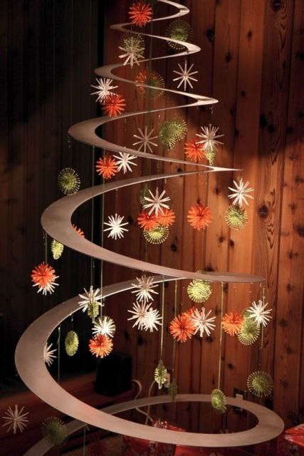 árvore de Natal suspensa com bolas decorativas ao redor de estrutura circular