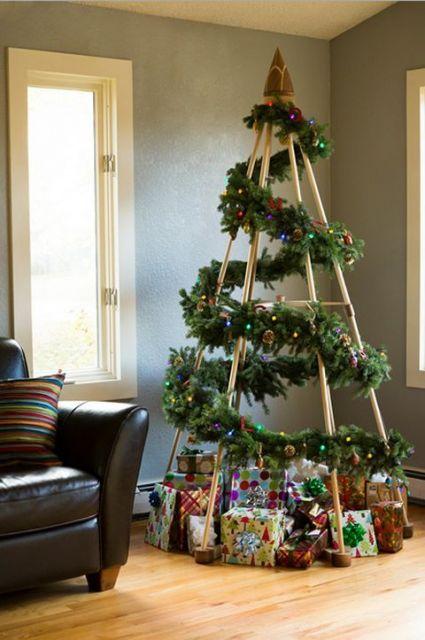 árvore de Natal com estrutura de madeira com ramos decorativos ao redor