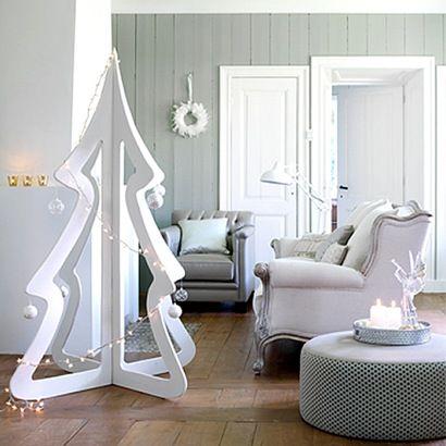 árvore de Natal de madeira branca em sala