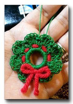 Enfeite em formato de guirlanda feito de crochê.