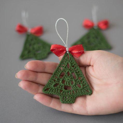 Enfeite em formato de árvore feito de crochê.