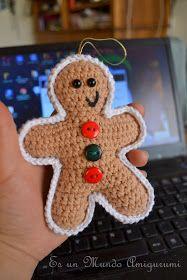 Enfeite com formato de biscoito, feito de crochê.
