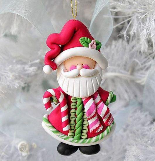 Enfeite de Papai Noel feito de biscuit.