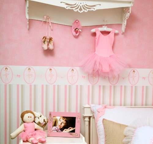 faixa para quarto de bebê rosa e com papel de parede listrado embaixo