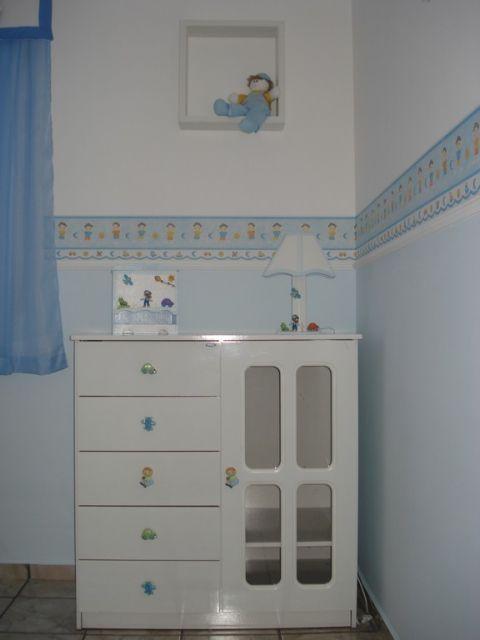 faixa para quarto de bebê azul dividindo uma parte da parede branca e a outra azul