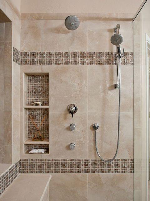 Banheiro com azulejos bege e marrom.
