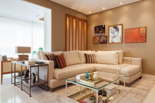 Sala com sofá claro e almofadas listradas.