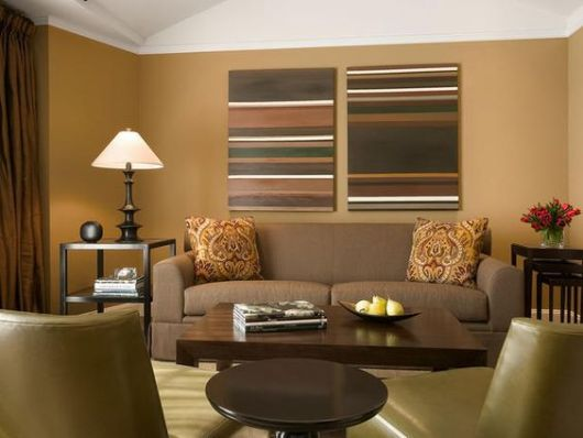 Sala com parede e sofá marrons.