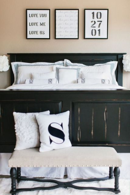 Cama de madeira preta e parede marrom claro.