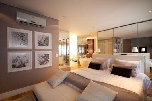 Quarto com parede marrom clara, teto e móveis bege.