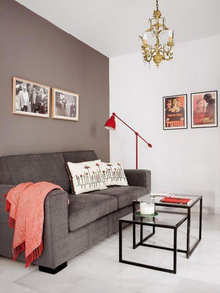 Sala clara com parede, teto e piso branco.