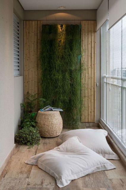 jardim vertical com painel de bambu em varanda de apartamento