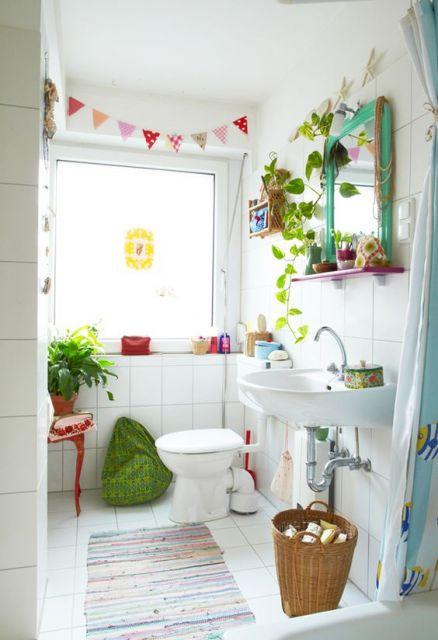 plantas ao redor do espelho em banheiro