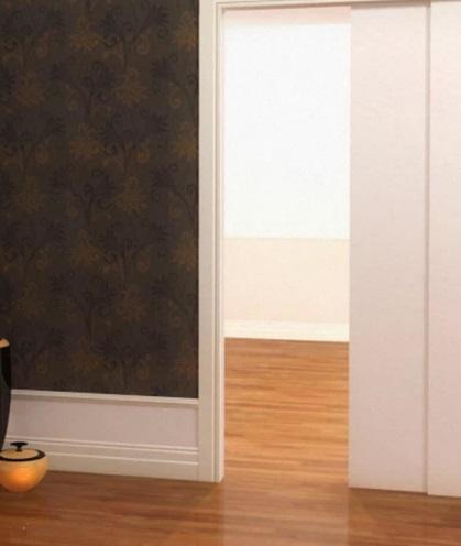 Foto de cômodo com parede escura e rodapé alto branco.